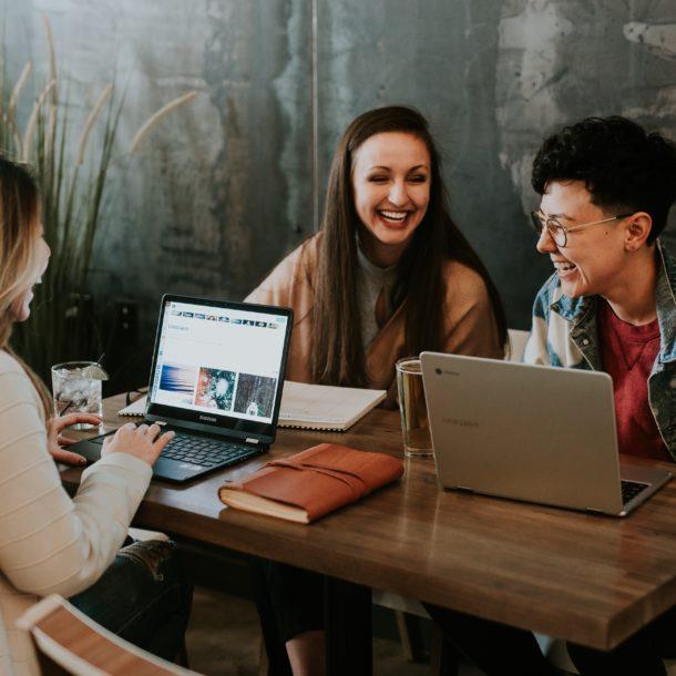 personnes heureuses et motivées au travail